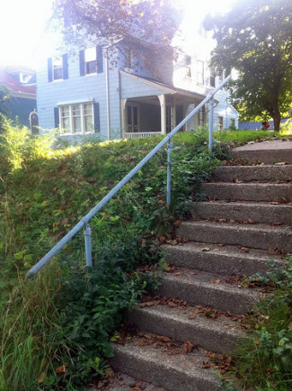 Simple Pipe Handrail for Residential Stairway [Kee Klamp Spotting]